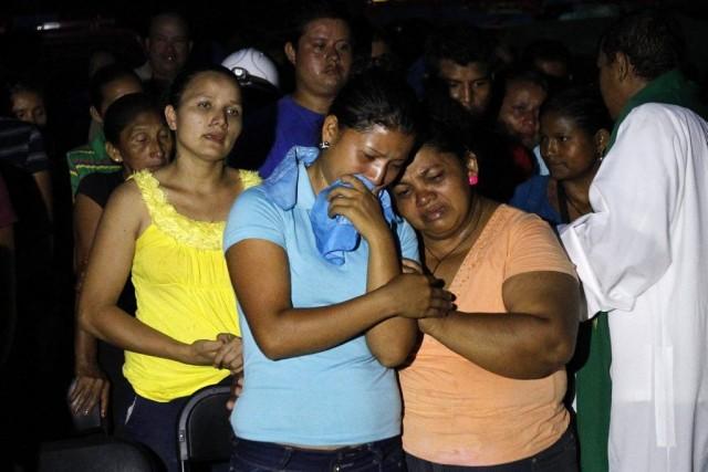 Les proches d'un mineur coincé dans la mine... (PHOTO JORGE CABRERA, REUTERS)