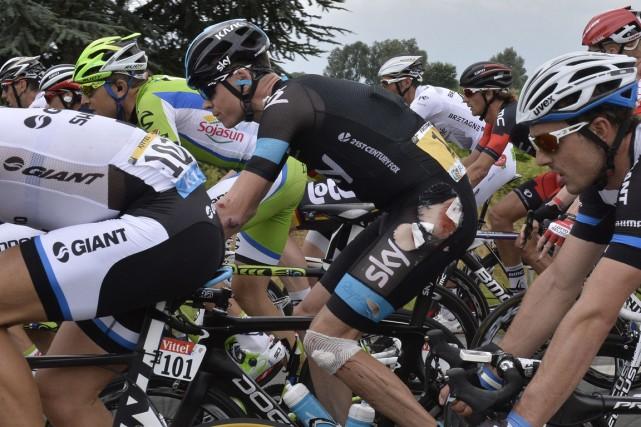 Chris Froome (au centre) a repris la course... (Photo Jeff Pachoud, AFP)
