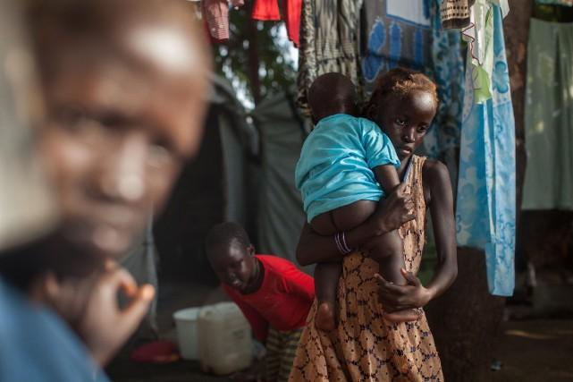 Une jeune fille porte son frère, au camp... (Photo Nichole Sobecki, AFP)