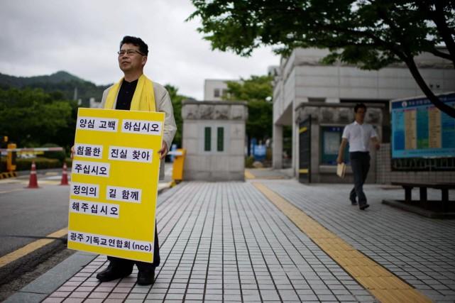 Un militant porte une pancarte où l'on peut... (PHOTO ED JONES, AFP)