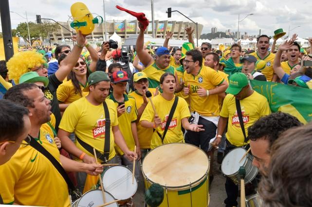 Des supporteurs brésiliens chantent et jouent du tambour... (Photo Martin Meissner, AP)