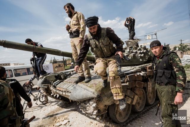 Des combattants rebelles à Alep.... (PHOTO EDOUARD PLANTE-FRÉCHETTE, ARCHIVES LA PRESSE)