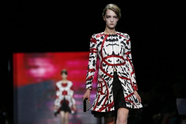 d82089b48ff575 Défilés haute couture  le rouge entêtant d Armani   Caroline TAIX   Mode