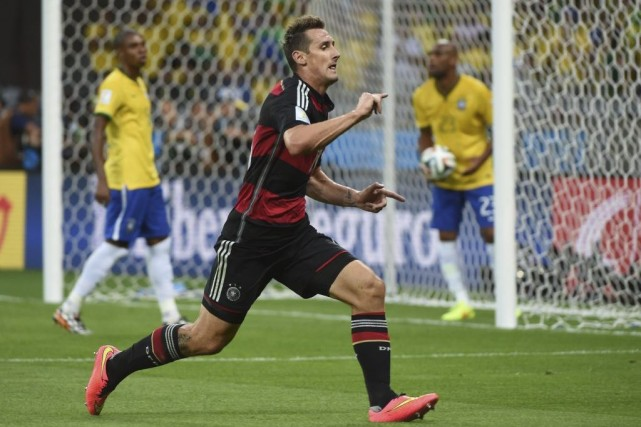 Miroslav Klose célèbre le but qui l'a fait... (Photo AFP)