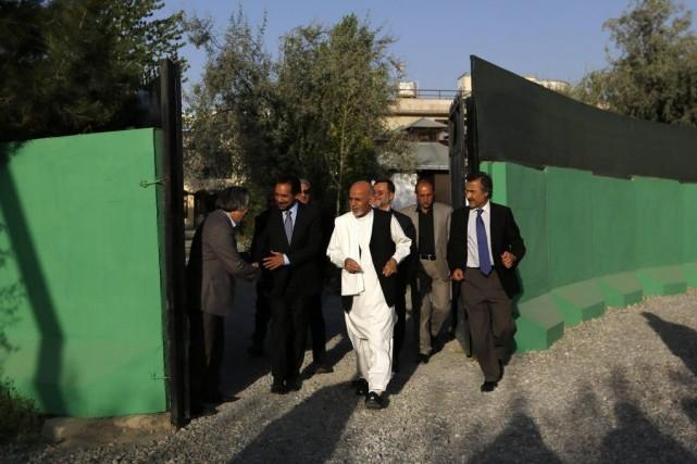 Le candidat Ashraf Ghani Ahmadzai (en blanc) se... (Photo Reuters)