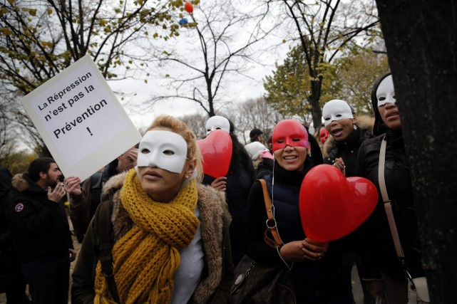 Des prostituées françaises s'opposent à la criminalisation de... (PHOTO FRANÇOIS MORI, ASSOCIATED PRESS)