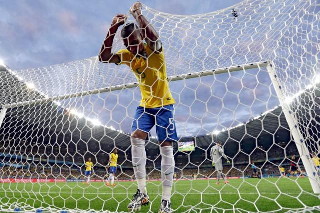 De dépit, Fernandinho s'est accroché aux cordages après... (Photo Natacha Pisarenko, AP)