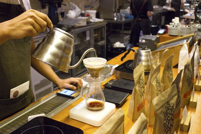 Un barista prépare un café filtre chez Seven... (Photo Audrey Bourget, collaboration spéciale)
