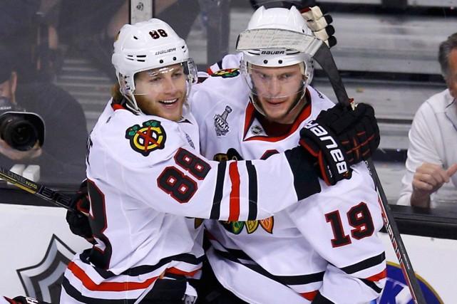 Patrick Kane et Jonathan Toews toucheront un salaire... (Photo Brian Snyder, Reuters)