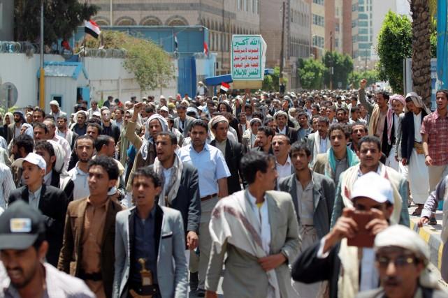 Des militants chiites houthis manifestent contre les combats... (PHOTO MOHAMMED HUWAIS, ARCHIVES AFP)