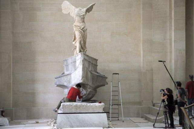 Du haut de son grand escalier elle contemple vingt-deux siècles... La Victoire... (Photo: AFP)