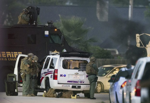 Une vingtaine d'autos de police ont poursuivi le... (PHOTO AP)