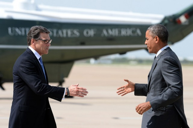 Le gouverneur du Texas, Rick Perry (à gauche),... (PHOTO JEWEL SAMAD, AFP)