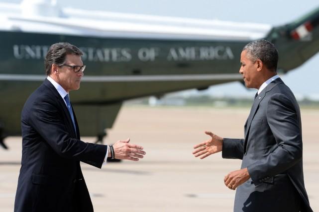 Le gouverneur du Texas, Rick Perry (à gauche),... (PHOTO JEWEL SAMAD, AFP)