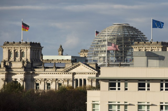L'ambassade des États-Unis à Berlin côtoie le palais... (PHOTO JOHN MACDOUGALL, ARCHIVES AFP)