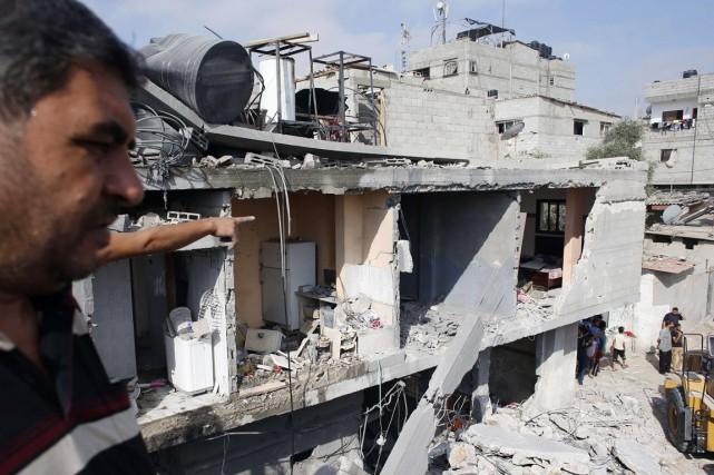 Un Palestinien montre du doigt la maison où... (PHOTO THOMAS COEX, AFP)