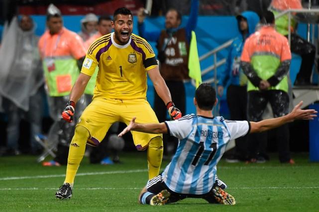 Le gardien argentin Sergio Romero célèbre avec son... (Photo Odd Andersen, AFP)