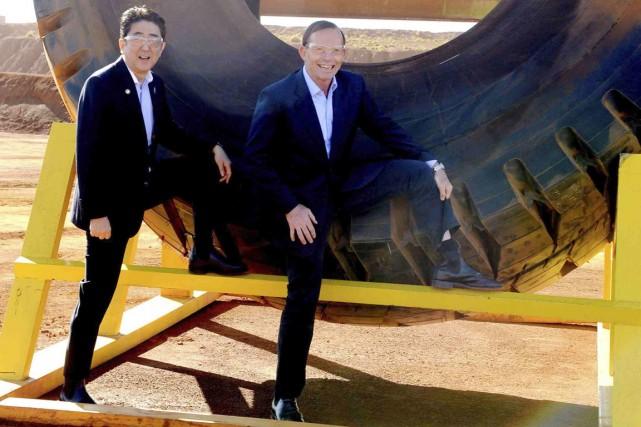 Tony Abbott et le premier ministre japonais Abe... (PHOTO ALAN PORRITT, REUTERS)