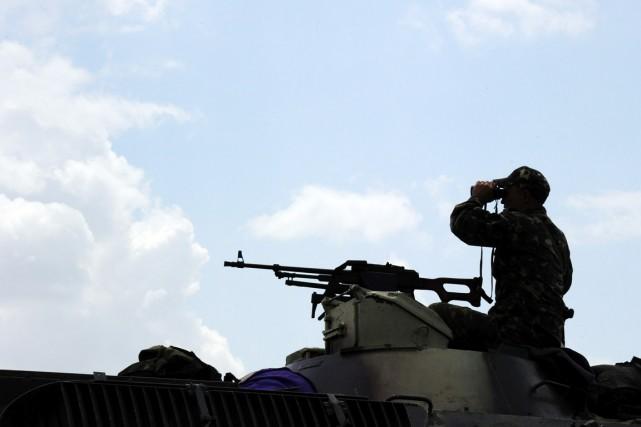 Un soldat ukrainien prend position à une vingtaine... (PHOTO DOMINIQUE FAGET, AFP)