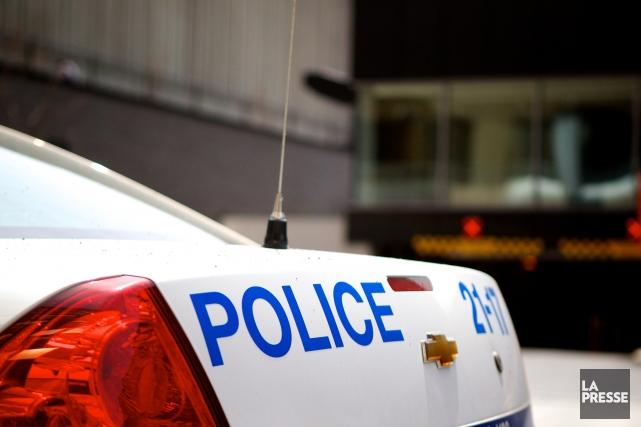 Les policiers du Service de police de la Ville de Montréal (SPVM) ont dû briser... (PHOTO SARAH MONGEAU-BIRKETT, LA PRESSE)