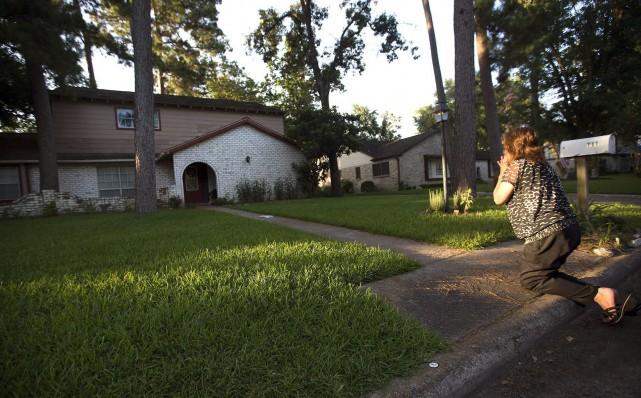Une femme se recueille devant la maison où... (Photo Cody Duty, AP)