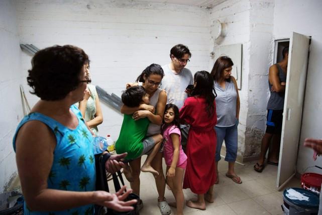 Des Israéliens prennent place à l'intérieur d'un abri... (PHOTO MENAHEM KAHANA, ARCHIVES AFP)