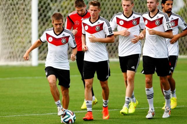 Le capitaine de l'Allemagne Philipp Lahm (à gauche)... (Photo Arnd Wiegmann, Reuters)