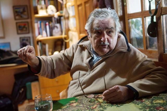 Moustache grise et polaire beige, M. Mujica reçoit... (PHOTO DANIEL CASELLI, AFP)