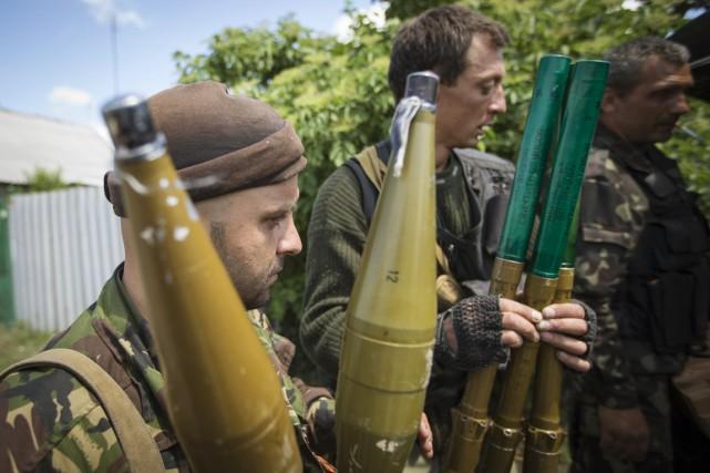 Des combattants séparatistes prorusses armés de roquettes, dans... (PHOTO SHAMIL ZHUMATOV, ARCHIVES REUTERS)