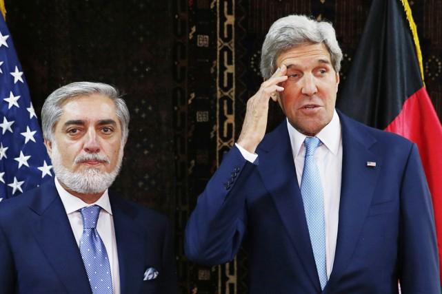 Le secrétaire d'État américain John Kerry (à droite)... (PHOTO JIM BOURG, AFP)