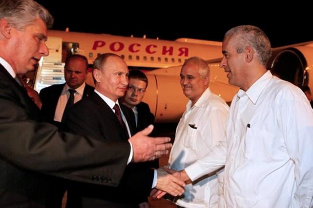 Le président russe (au centre) a choisi de... (PHOTO AFP/MINISTÈRE CUBAIN DES AFFAIRES ÉTRANGÈRES)