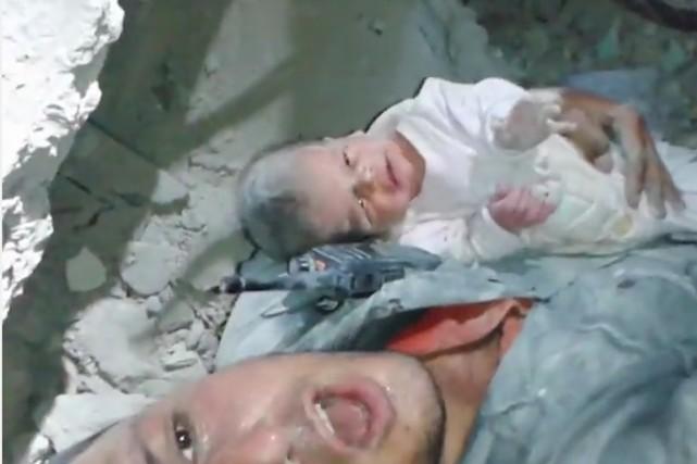 Un bébé de deux mois a été sauvé des décombres 16 heures après un bombardement... (IMAGE TIRÉE DE LA VIDÉO)