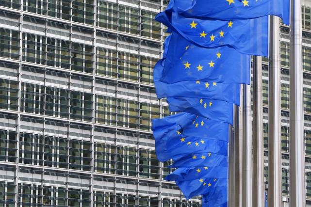 Des drapeaux de l'Union européenne flottent à l'extérieur... (PHOTO YVES HERMAN, ARCHIVES REUTERS)