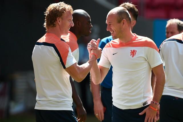 Dirk Kuyt et Arjen Robben se sont serrés... (Photo Damien Meyer, AFP)