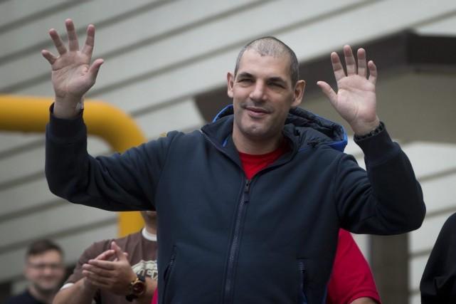 Gino Odjick a salué ses fans venus lui... (ARCHIVES PC)
