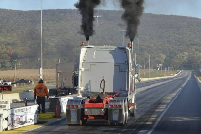 Le «rolling coal» consiste à laisser échapper intentionnellement... (Photo tirée de Twitter)