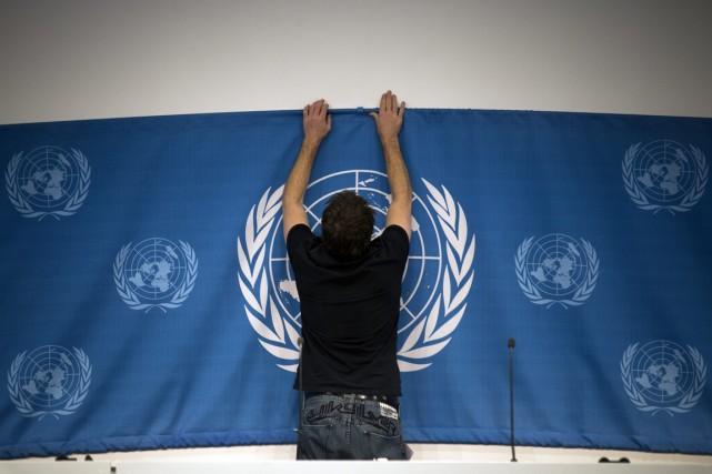 Une bannière des Nations unies installée pour la... (Photo AP)