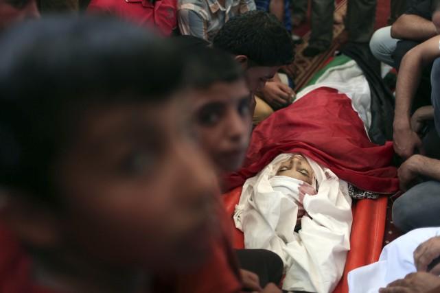 Les funérailles d'une enfant palestinienne, tuée dans un... (Photo Ibraheem Abu Mustafa, Reuters)