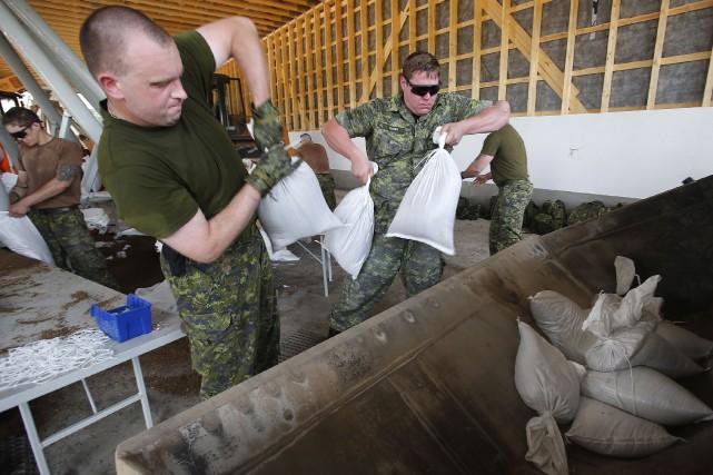 Sur cette photo datant d'une semaine, des militaires... (Photo John Woods, La Presse Canadienne)