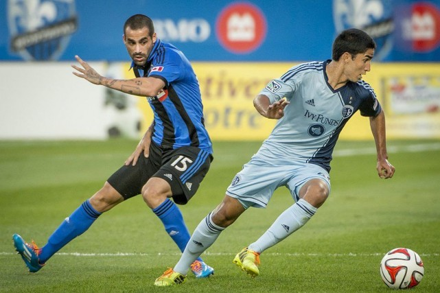 Igor Juliao vole le ballon à Andres Romero... (PHOTO PETER MCCABE, PC)