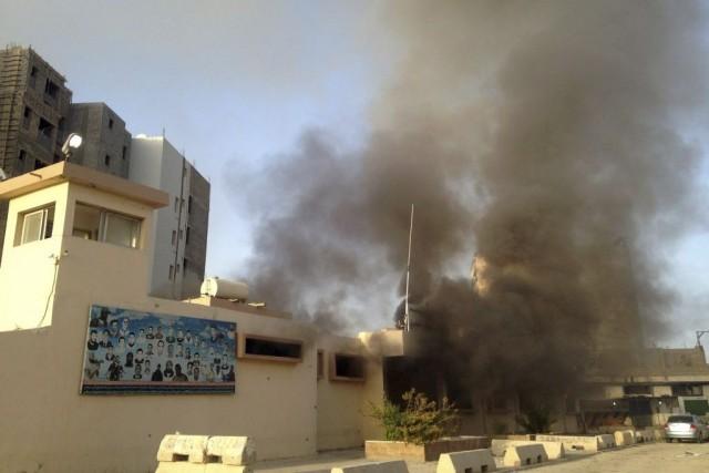 De la fumée émane d'une bâtisse abritant une... (Photo Reuters)