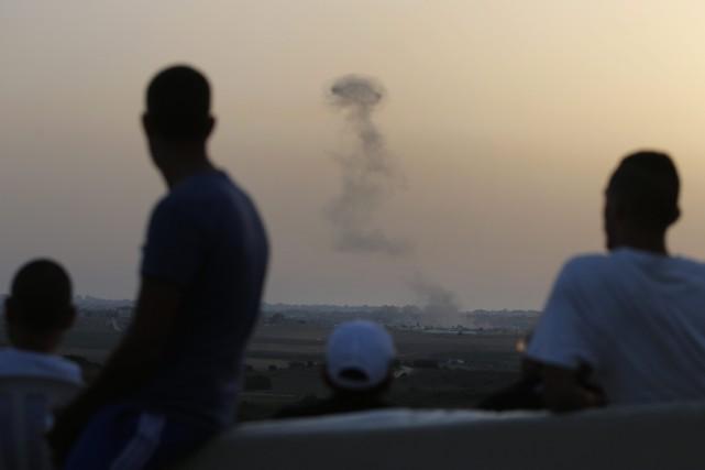 De colonnes de fumée visibles d'Israël témoignent des... (Photo Lefteris Pitarakis, AP)