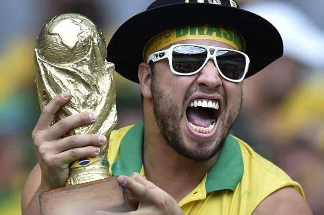 Un partisan du Brésil tient une réplique de... (PHOTO MARTIN MEISSNER, AP)
