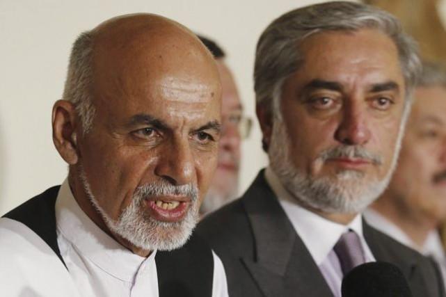Ashraf Ghani et Abdullah Abdullah ont conclu un... (PHOTO JIM BOURG, AFP)