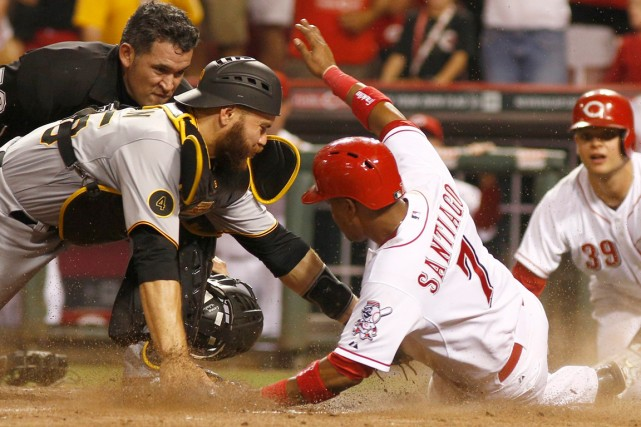 Ramon Santiago (7) des Reds de Cincinnati et... (Photo David Kohl, associated press)