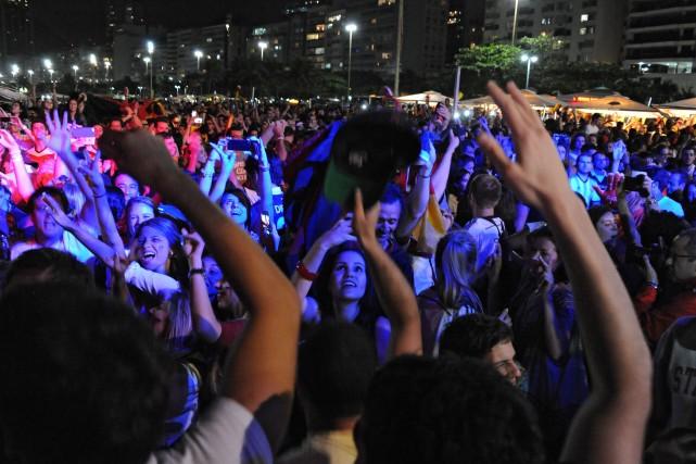 Les Brésiliens dansaient sur la plage de Copacabana,... (Photo TASSO MARCELO, AFP)