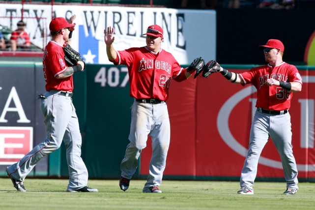 Josh Hamilton (32), Mike Trout (27) et Kole... (Photo Tim Heitman, USA TODAY Sports)