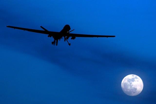Latechnologie qui propulse les drones armés n'est pas... (PHOTO KIRSTY WIGGLESWORTH, ARCHIVES ASSOCIATED PRESS)
