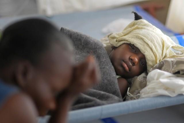 Un jeune Haïtien porteur du choléra est soigné... (PHOTO SWOAN PARKER, ARCHIVES REUTERS)