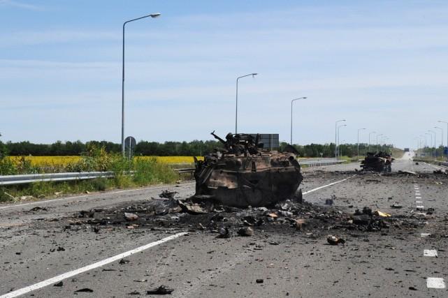 Des carcasses de blindés entravent la route menant... (PHOTO DOMINIQUE FAGET, AFP)